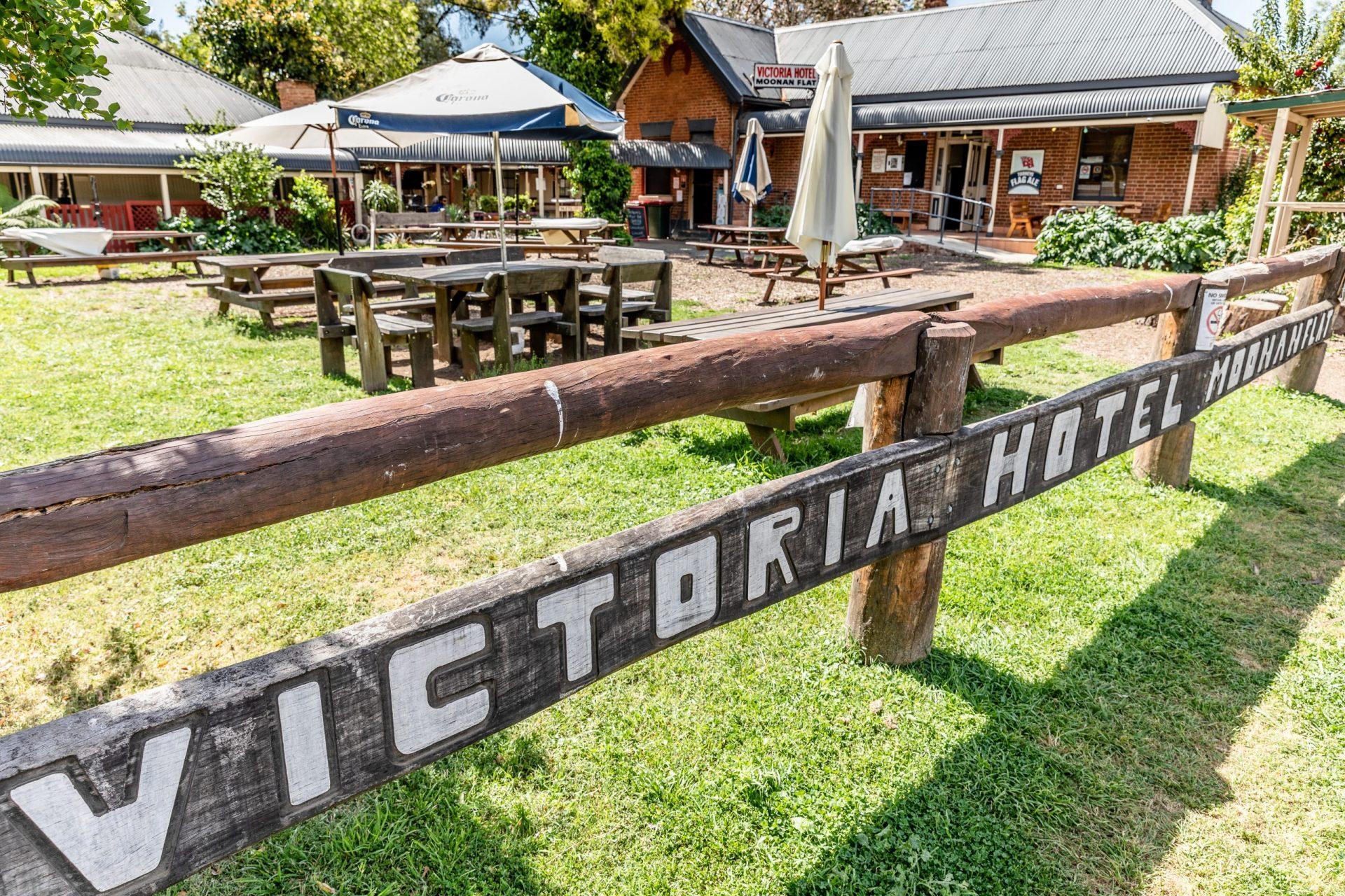 Victoria Hotel Moonan Flat